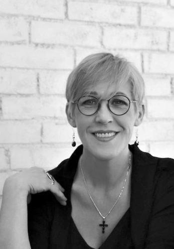 Марина Бонецкая Художник-дизайнер, доцент, автор курсов по созданию корпоративного и персонального имиджа и стиля, член Международной Организации «Союз дизайнеров».