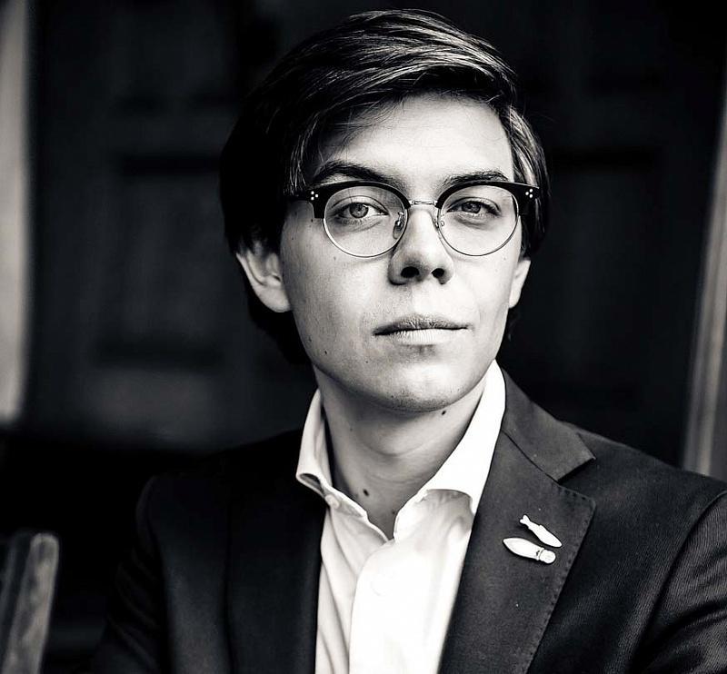 Тим Ильясов Исследователь моды. Ведущий проекта «Подиум» на канале «Пятница». Один из самых известных экспертов моды в России.