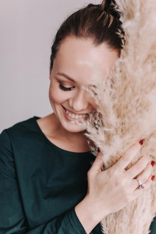 ФЛОРИСТ. ПРАКТИК. БЛОГЕР. ПРЕПОДАВАТЕЛЬ. В 2012 году основала флористическо-декоративную студию MAMA ROSE в Екатеринбурге. На данный момент там оформили около 300 свадеб, составили 470 свадебных букетов, а также десятки интерьеров (флористическое оформление) автосалонов, салонов красоты и ювелирных центров. Первыми в Екатеринбурге ввели услугу цветочного сопровождения гостей на свадьбах. Лично провела около 180 мастер-классов на различные темы, связанные с флористикой, для разных аудиторий. Ездила для оформления свадьбы в Испанию в сентябре 2014 года, также постоянно сотрудничает с флористами из Чехии. Школа флористики родилась в 2013 году. Обучение в ней проходит два раза в год (весной и осенью), группы небольшие, и в настоящее время уже около 120 выпускников.