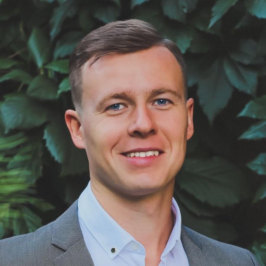Дмитрий Щербаков — архитектор, дизайнер и сертифицированный тренер, который за 6 лет преподавания AutoCAD обучил более 400 клиентов. Дмитрий имеет высшее архитектурное образование и большой опыт работы в качестве архитектора, а также в качестве дизайнера в области разработки мебели премиум-класса.
