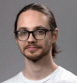 Тимофей Тиунов.Системный архитектор Goods.ru 10 лет в веб-разработке во всех ее проявлениях. Он создавал процессы DevOps, настраивал серверы, серверные приложения и руководил командами разработчиков. Он работает системным архитектором в компании Goods, отвечая за фронтенд компании.