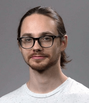 Тимофей Тиунов.Системный архитектор Goods.ru. 10 лет в веб-разработке во всех ее проявлениях. Он создавал процессы DevOps, настраивал серверы, приложения и руководил командами разработчиков. Он работает системным архитектором в компании Goods, отвечая за фронтенд компании.