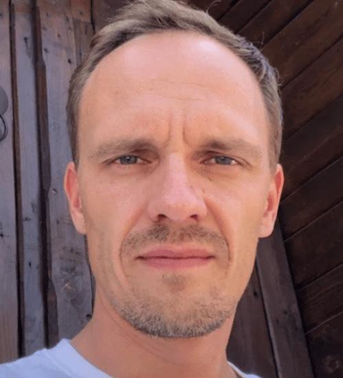Дмитрий Игнатьев Опыт в разработке — 15 лет. Проектирует нестандартные, сложные и высоконагруженные системы на PHP, работает с Symfony. Умеет написать сложную логику нативными способами, без использования фреймворков.