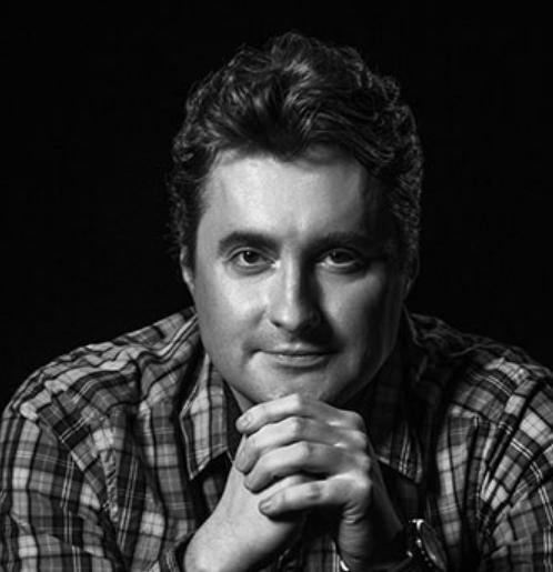 Андрей Журавлев — один из лучших российских специалистов в области цветокоррекции и допечатной подготовки. Его глубокие знания Adobe Photoshop, сверхъестественная способность объяснять сложные вопросы простым и понятным языком позволяют без преувеличения назвать его самым популярным преподавателем в школе. «Настоящий профессионал», «Учитель с большой буквы» и даже «Маргулис всея Руси». Это лишь некоторые из многих ярких эпитетов, которыми награждали его ученики. Особенно подчеркивалась его способность показать проблему с новой точки зрения, а затем разложить ее решение, сдобрив рассказ блестящим юмором. А смех, как ничто другое, снимает напряжение от долгой умственной работы и способствует лучшему восприятию объемного материала.